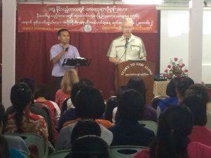 Arend spreekt in Birmese migrantenkerk in Thailand